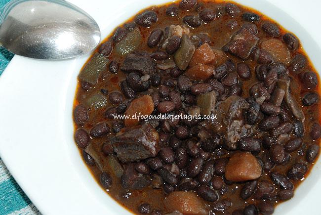 Alubias negras con chorizo, morcilla y panceta