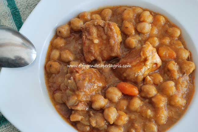 Plato de garbanzos con costillas