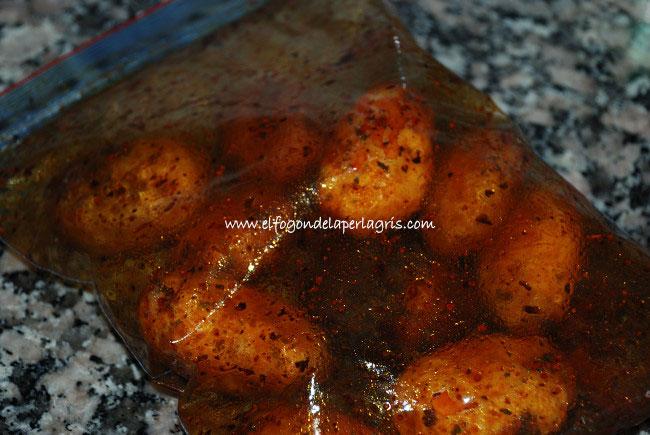 Mezclar las patatas con especias Cajun