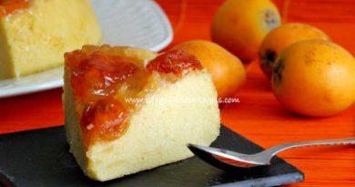 Tarta de nísperos en sartén o tarta invertida, un postre delicioso sin utilizar horno